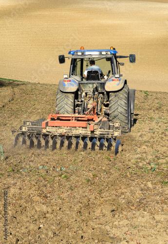 Aluminium Trekker Tracteur de labour dans un champ de terre