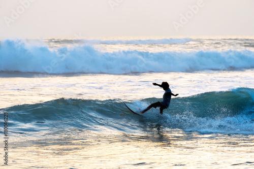 Papiers peints Bali Man surf in the ocean