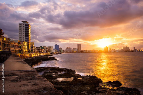 Aluminium Havana Romantic sunset at the Malecon seawall in Havana
