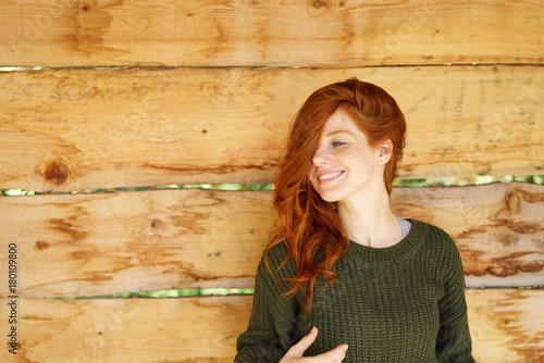 lächelnde frau mit langen roten haaren - 180109800