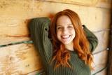 lächelnde, attraktive frau genießt ihre freizeit in der natur - 180110049