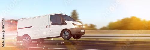 Schnelle Lieferung mit Van auf Autobahn