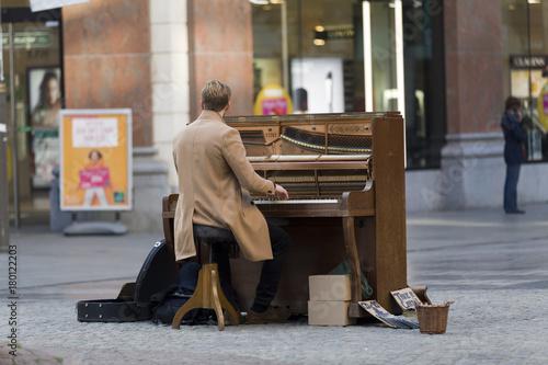 Tuinposter Antwerpen Straßenmusikant