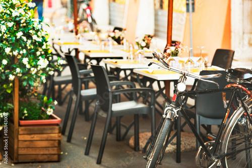 Fotobehang Smalle straatjes Italian bicycle restaurant