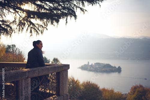 Turista in visita al lago d'Orta