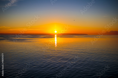 Fotobehang Zee zonsondergang Amanecer en el ferry
