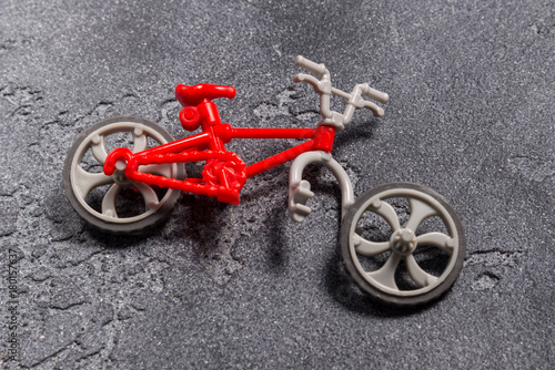 Staande foto Fiets Small broken toy bicycle