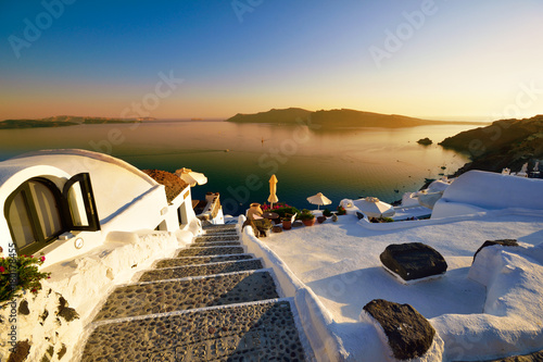 Foto op Plexiglas Santorini Amazing sunset over traditional architecture of Oia village in Santorini, Greece