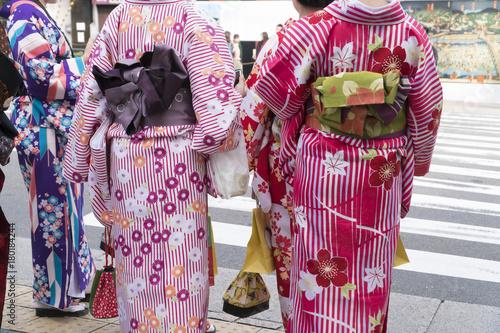 Wall mural 京都イメージ 着物の人々 顔なし ボディーパーツ