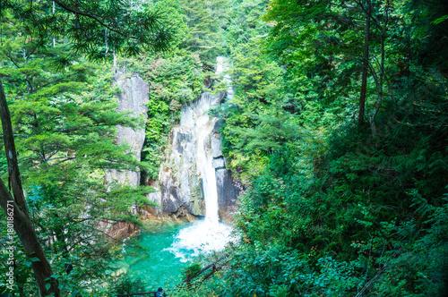 柿其渓谷の奥地にある牛ヶ滝 © AKIYA