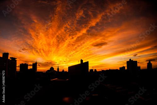 Pôr do Sol com silhueta de prédios no centro de Manaus © Brock