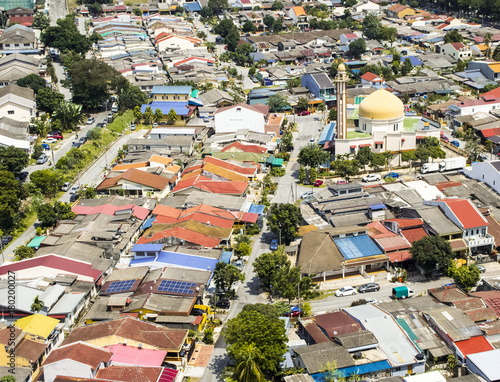 Foto op Plexiglas Kuala Lumpur Aerial view of mosque surrounded by colourful neighbourhood in suburb of Kuala Lumpur