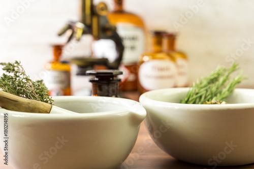 Foto op Plexiglas Apotheek Apotheke mit Zubehör, Kräutern und Rezepten