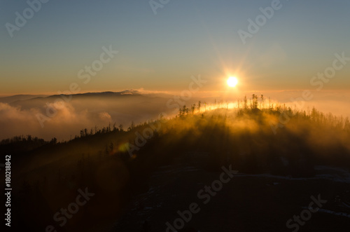 Foto op Plexiglas Ochtendgloren Wschód słońca w Gorcach