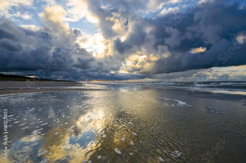 Fotobehang Zee zonsondergang Dramatyczny zachód słońca nad Morzem Bałtyckim