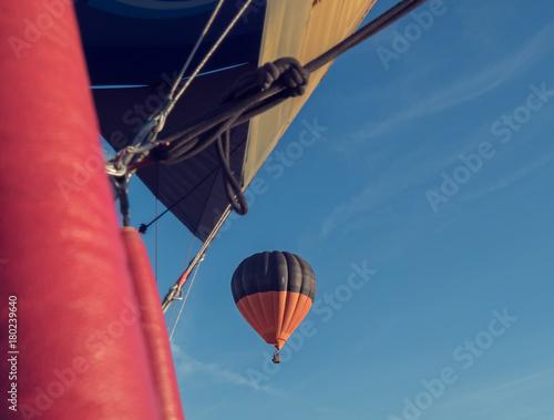vista aerea de un globo aerostático, desde otro globo - 180239640