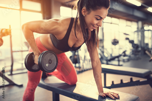 Poster Sportswoman in gym exercise muscles