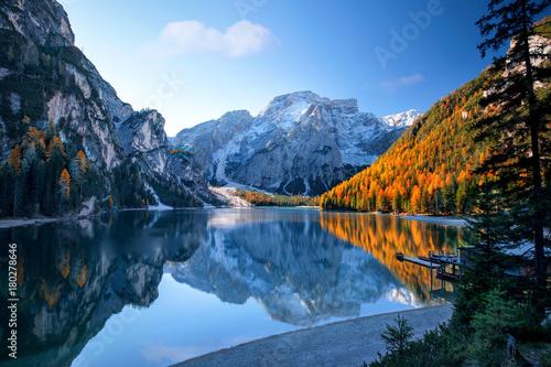Foto op Canvas Bergen Alpenlandschaft mit Bergsee und Wäldern in Herbstfarben