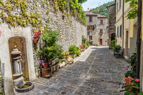 Papiers peints Ruelle etroite Narrow street in the old town in Italy