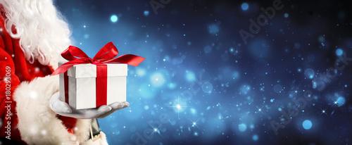 Papiers peints Echelle de hauteur Santa Claus Giving A Giftbox In Magic Night
