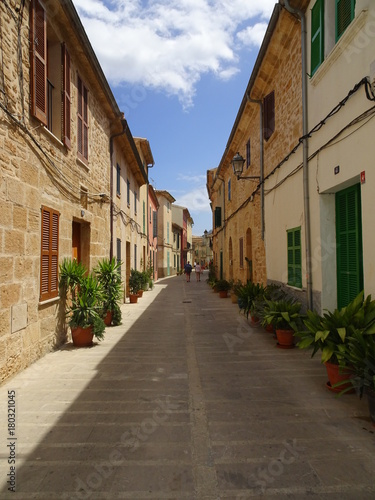 Poster Smal steegje Colorful alley in Alcudia, Mallorca