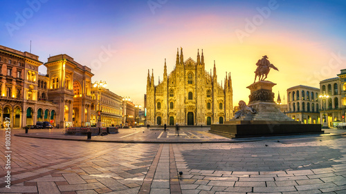 Foto op Canvas Milan Milan - Piazza del Duomo at first sunlight