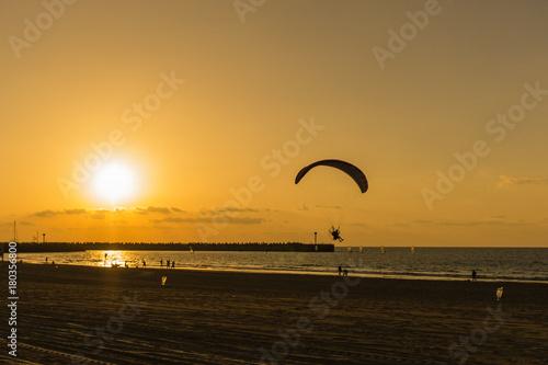 Foto op Canvas Zee zonsondergang Para-plane on sunset