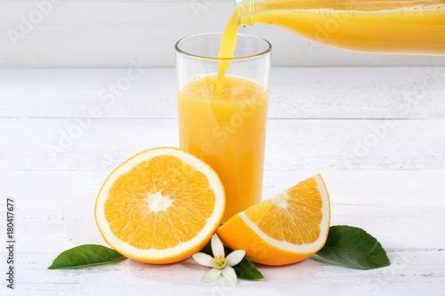 Fotobehang Sap Orangensaft einschenken eingießen eingiessen Orangen Saft Flasche Orange Fruchtsaft