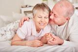 Alter Mann küsst seine Frau - 180424014