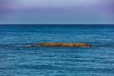 rocher dans océan