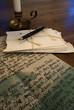 ein Bündel antiker Briefe mit Füllfederhalter