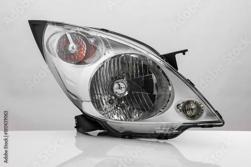 nowoczesny reflektor samochodowy z refleksji na białym tle na jasnym tle