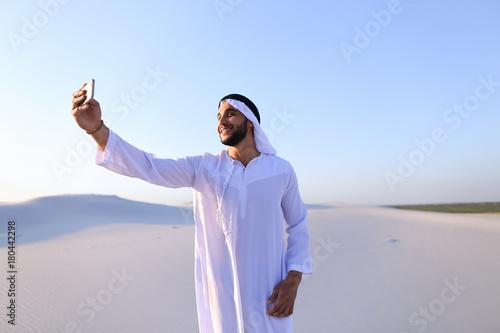 Papiers peints Abou Dabi Portrait of Arabian sheikh man with gadget that communicates in