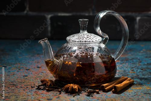 Papiers peints Cafe tea masala in a glass teapot on a dark background