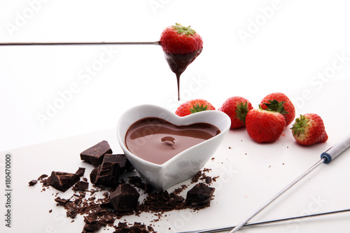 Foto op Canvas Chocolade Chocolate fondue melted with fresh strawberries and milk chocolate pieces