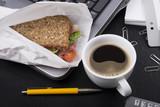 Essen am Arbeitsplatz - 180473883