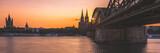 Sonnenuntergang in Köln am Rhein neben der Hohenzollernbrücke mit Blick auf den Dom - 180482400