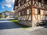Eine Reihe nachgebildeter Fachwerkhäuser im Freilichtmuseum Hessenpark, Neu Anspach, Hessen, Deutschland - 180484830