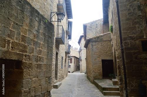 Tuinposter Smal steegje Pueblos de Aragon Spain Sos del Rey Católico