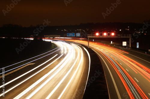 Fotobehang Nacht snelweg Autobahn bei Nacht