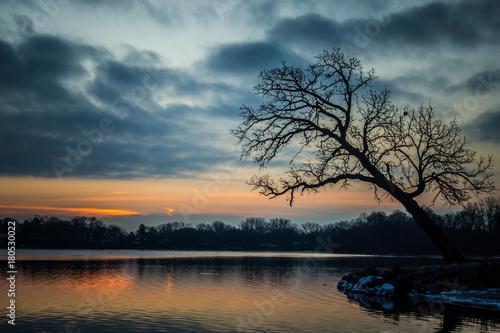 Foto op Plexiglas Ochtendgloren Sunrise over water