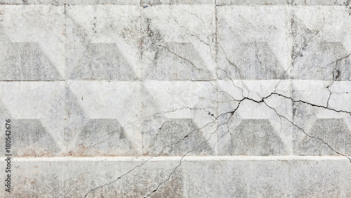 Poster Betonbehang concrete wall with a crack on the side
