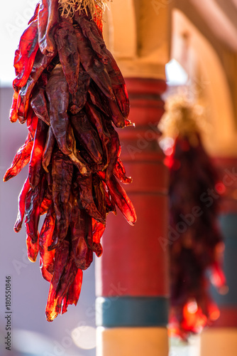 Fotobehang Hot chili peppers Hängende Chilies