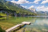 Idyllischer Bergsee am Morgen mitten in den Alpen