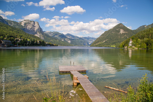 idylliczne-gorskie-jezioro-rano-w-srodku-alp