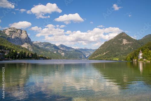 Deurstickers Bergen Idyllischer Bergsee am Morgen mitten in den Alpen
