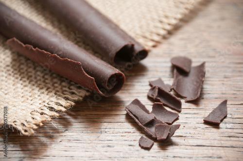 copeaux de chocolat sur table en bois