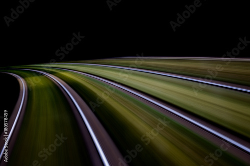 Fotobehang Nacht snelweg langzeitbelichete strassenbahnschienen bei nacht in berlin