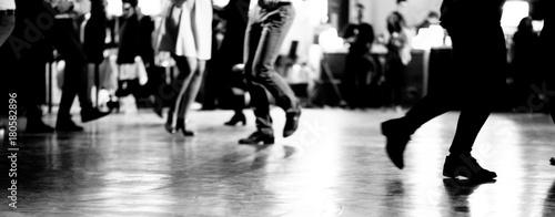 Ballare alla festa - 180582896