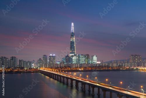 Fotobehang Seoel Seoul twilight sky sunset with Lotte tower at Han river in Seoul city, South Korea